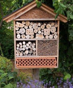 Für ein großes Insektenhotel eigent sich als Standort ein Garten.
