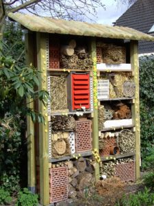 Ein großes selbstgebautes Insektenhotel